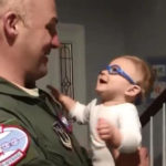 眼鏡をかけて初めてパパの顔を見た赤ちゃんの反応